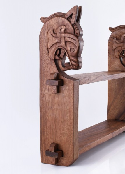 Holzregal mit Wikinger-Drachenköpfen